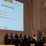 Verabschiedung Bundeskongress; v.l.n.r. Prof. Dr. Oeferting (DVPB), Barbara Menke (bap), Thomas Krüger (bpb) im Gespräch mit Anja Heyde (Moderation)