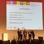 Veranstalter eröffnen den Kongress; v.l.n.r. Prof. Dr. Tonio Oeftering (DVPB), Barbara Menke (bap), Thomas Krüger (bpb) im Gespräch mit Anja Heyde (Moderation)